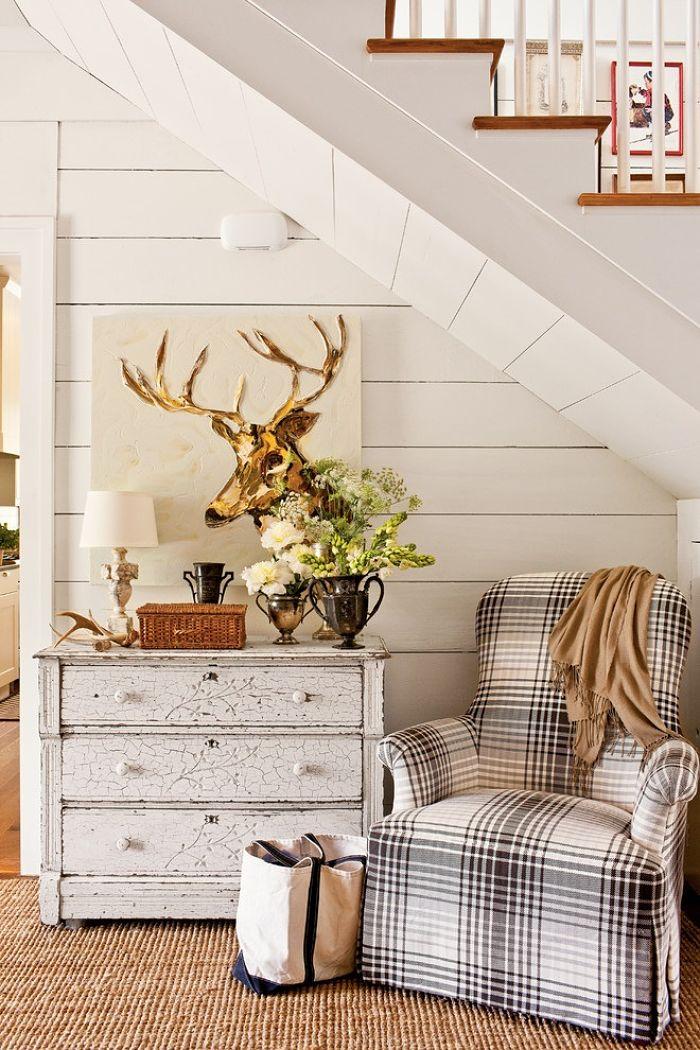 кресло под лестницей в загородном доме