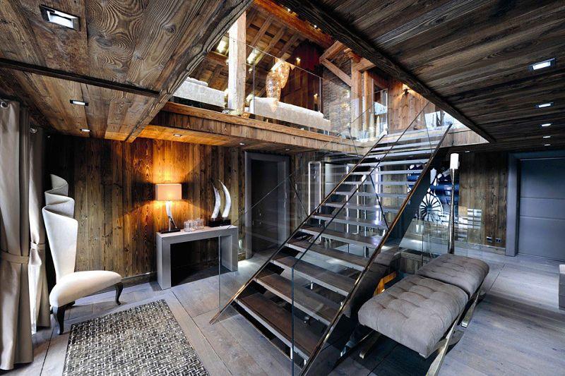 хай-тек лестница в деревянном доме